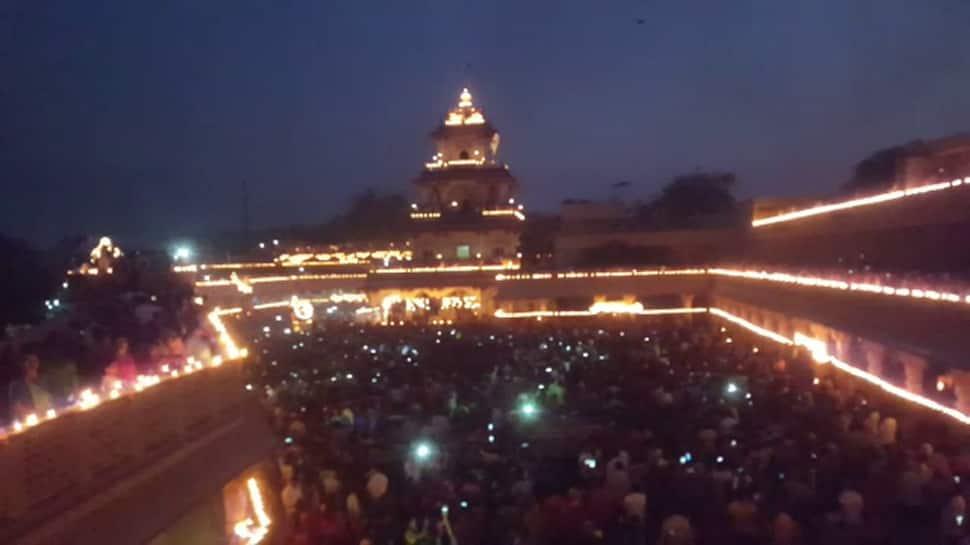 નડિયાદના સંતરામ મંદિરે દેવ દિવાળીના દિવસે 1 લાખ 21 હજાર દિવડાનો શણગાર કરાયો