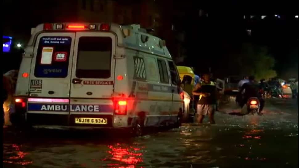 અમદાવાદ બન્યું ગાબડાબાદ : પહેલા વરસાદમાં જ AMCના પ્રિ-મોન્સૂન કામગીરીના દાવા પોકળ નીકળ્યા