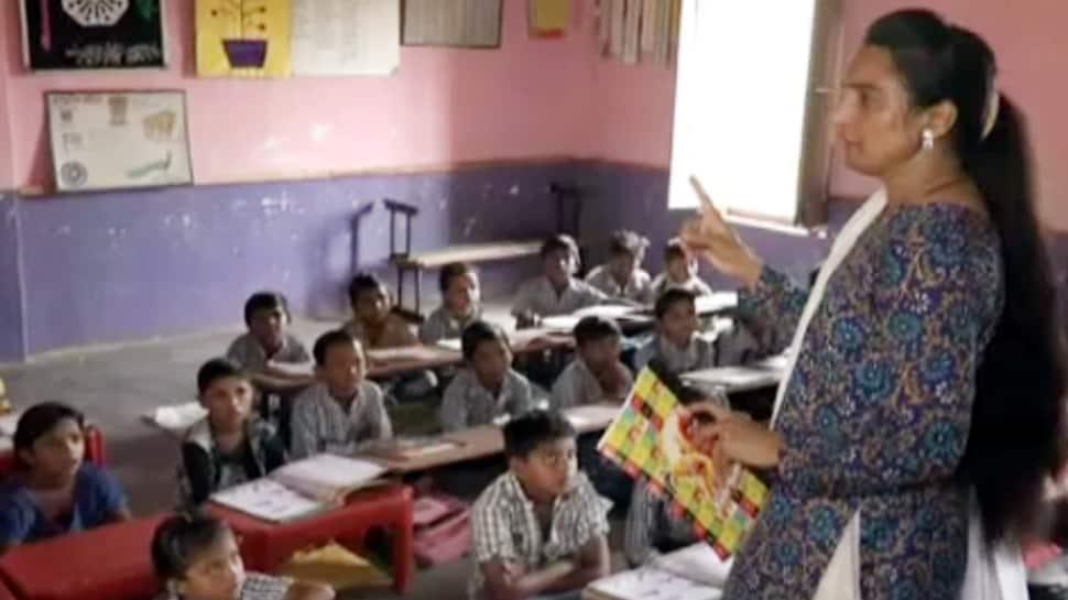 અરવલ્લીની પ્રાથમિક શાળામાં શિક્ષિકાની પહેલ, અનોખી રીતે બાળકોનું કરે છે વેલકમ