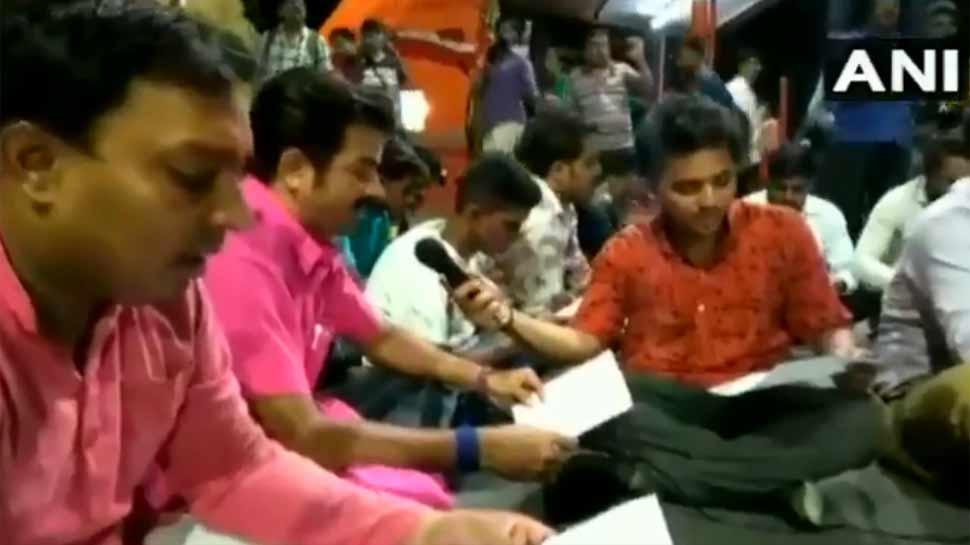 VIDEO: રસ્તાની વચ્ચોવચ નમાજના વિરોધમાં BJP કાર્યકરોએ રોડ પર કર્યાં હનુમાન ચાલીસા પાઠ