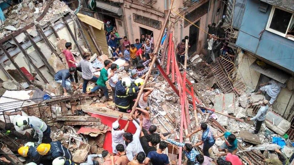 મુંબઇના ડોંગરીમાં 4 માળની બિલ્ડિંગ ધરાશાયી, 12ના મોત, CM ફડણવીસે વ્યક્ત કર્યું દુ:ખ