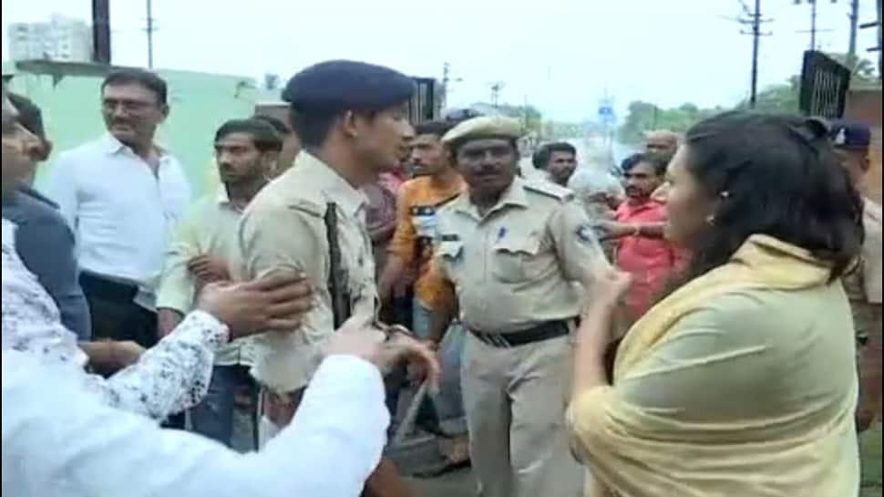 જુનાગઢ મહાનગરપાલિકા ચૂંટણી : મતદાન કરવા પહોંચેલા NCP નેતા રેશ્મા પટેલનો વિરોધ કરાયો