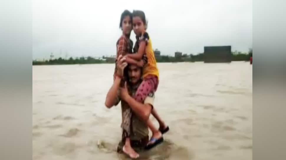 બાહુબલી પોલીસ: પૂરનાં પાણીમાં ફસાયેલા બાળકોને બચાવતી 'ગુજરાત પોલીસ'