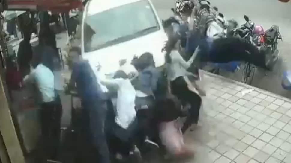 નશામાં ધૂત કારચાલકે ફૂટપાથ પર ઉભેલા લોકોને અડફેટે લીધા, VIDEO જોઈને ધબકારા વધી જશે