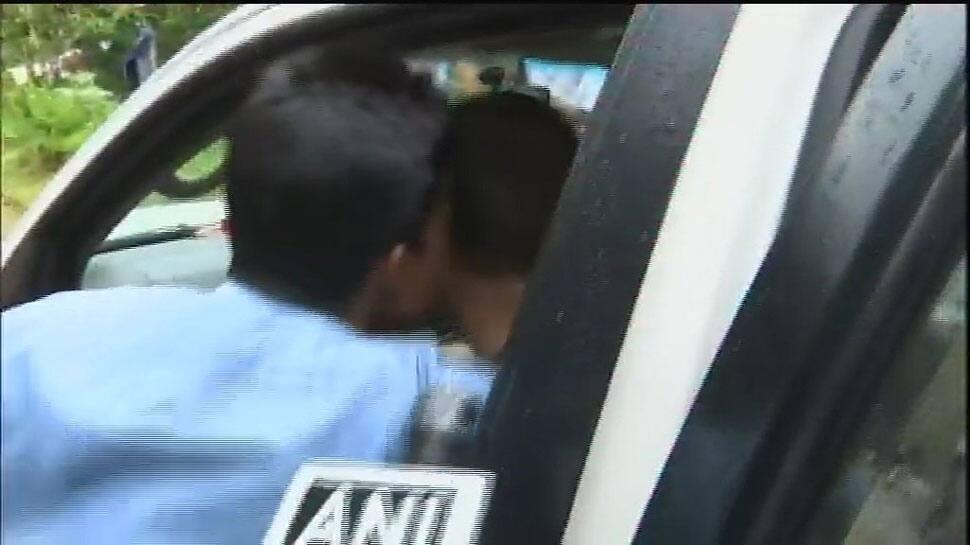 કારમાં બેઠા હતાં રાહુલ ગાંધી, અચાનક એક યુવકે આવીને KISS કરી લીધી, જુઓ VIDEO