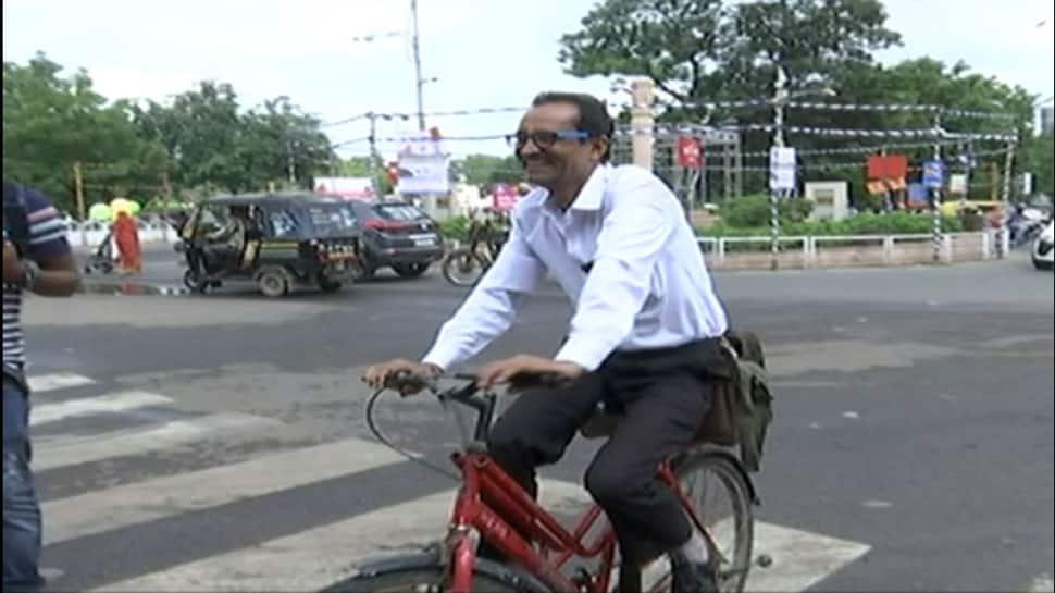 રાજકોટ : ISI માર્કનું હેલ્મેટ ન મળતા બાર એસોસિયેશનના પ્રમુખ સાયકલ ચલાવીને કોર્ટ પહોંચ્યા