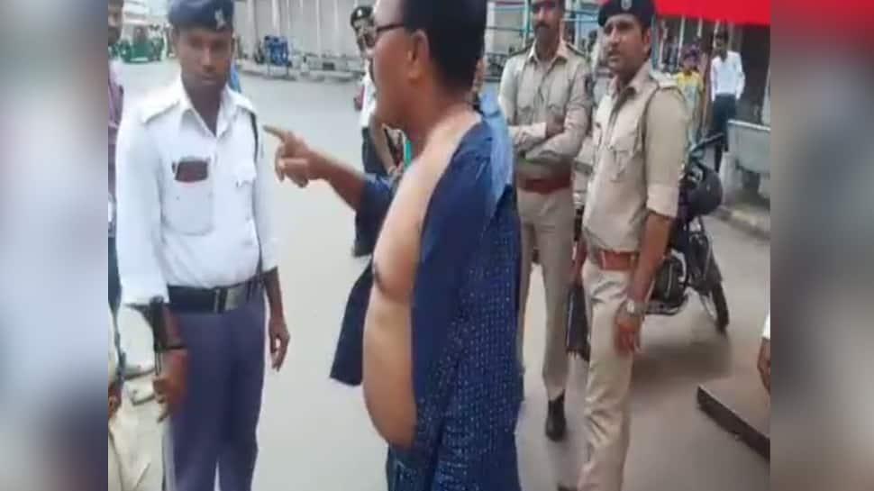 અમદાવાદ: ટ્રાફિક નિયમોનું પાલન કરાવતા પોલીસ સામે વાહન ચાલકે કપડા કાઢ્યા