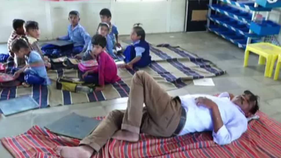 આમા કેવી રીતે ભણશે ગુજરાત: શિક્ષક દારૂના નશામાં આપી રહ્યો છે વિદ્યાર્થીઓને શિક્ષણ