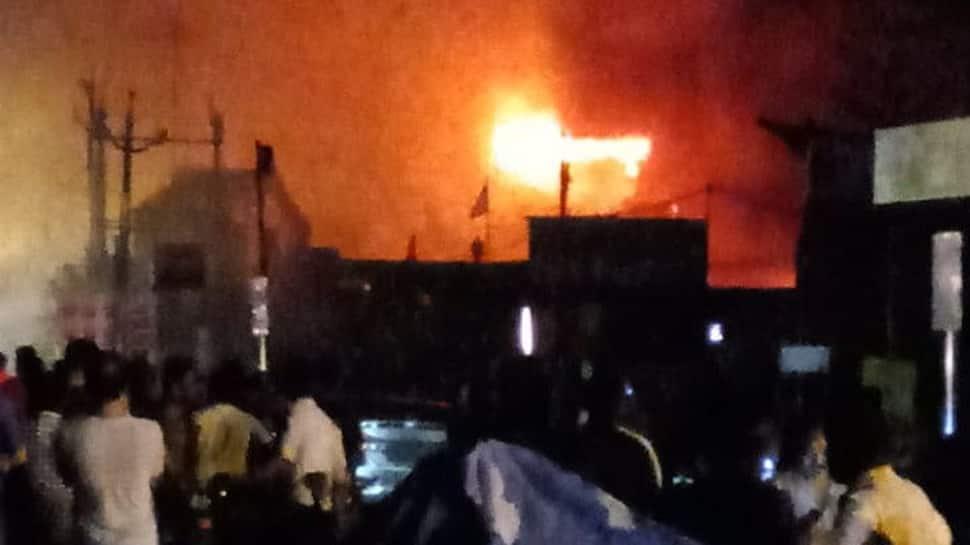 સુરતમાં કારના ગેરેજમાં વિકરાળ આગ લાગતા, બાજુની ત્રણ દુકાનમાં આગ ફેલાઇ