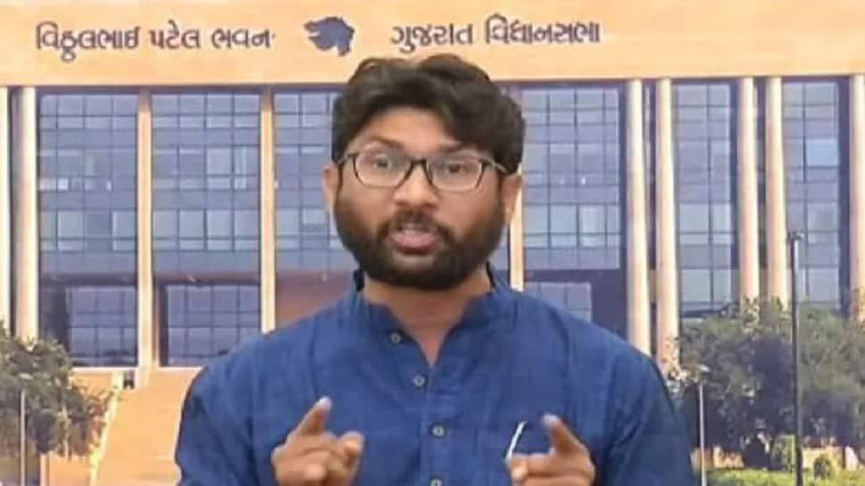 ગુજરાત : વિધાનસભામાં અયોગ્ય વર્તન કરતાં જીગ્નેશ મેવાણી સત્ર સુધી સસ્પેન્ડ