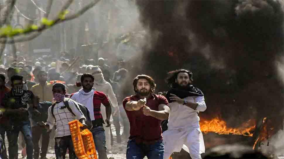 દિલ્હી હિંસા: ખુલ્લેઆમ ગોળીઓ ચલાવનાર લાલ ટી શર્ટ પહેરેલા યુવકની થઇ ઓળખ