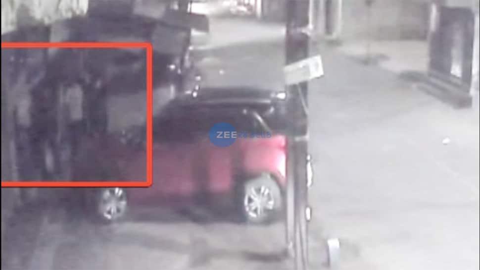 રાજકોટ: લોકડાઉનમાં પોલીસકર્મીએ પાન મસાલાની દુકાન ખોલાવી, CCTV ફૂટેજ સામે આવ્યાં, તપાસના આદેશ
