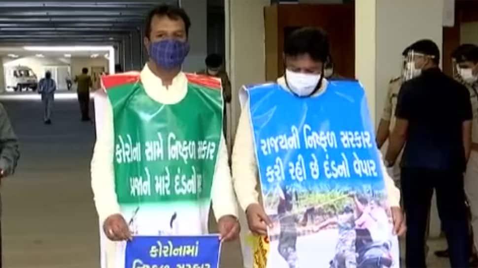 ગુજરાત વિધાનસભા સત્ર: બેનરો સાથે સંકુલ પ્રવેશ્યા કોંગ્રેસી ધારાસભ્યો