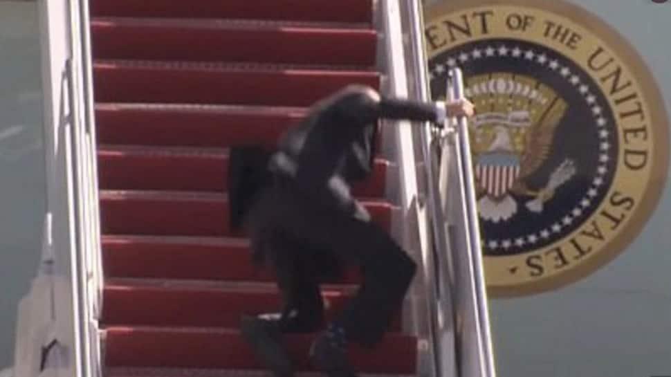 Joe Biden વિમાનની સીડીઓ ચડતાં ત્રણ વાર પડ્યા, વ્હાઇટ હાઉસે હવાને ગણાવી જવાબદાર
