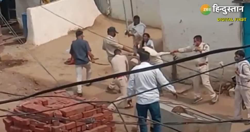Viral Video: આ વીડિયો જોઈને આખો દેશ સ્તબ્ધ, કોરોના દર્દીને લાકડીથી માર મારી અધમૂઓ કરી નાખ્યો