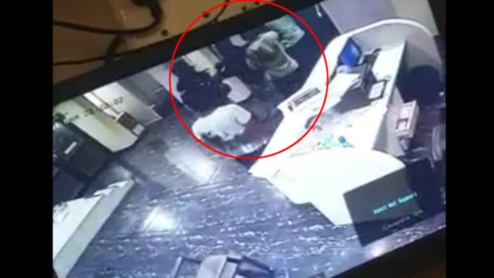Rajkot: દર્દીને દાખલ કરવો પડશે કહિને ડોક્ટર પર ત્રણ શખ્સોનો હુમલો, સમગ્ર ઘટના CCTV માં કેદ