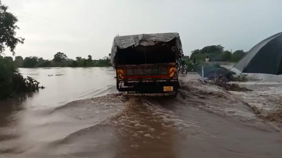 Amreli જિલ્લામાં વરસાદથી સ્થાનિક નદીમાં પૂર, નદીના પ્રવાહમાં બાઇક તણાયું