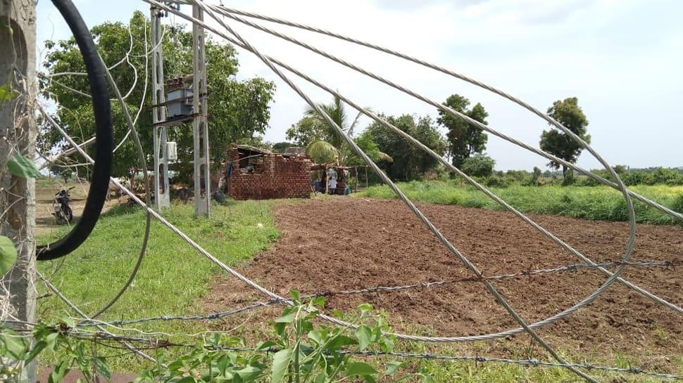 Bhavnagar: તૌકતે વાવાઝોડાના 42 દિવસ બાદ પણ અંધારપટ યથાવત,મોબાઇલ ચાર્જ કરવા જવું પડે છે દૂરના ગામો સુધી
