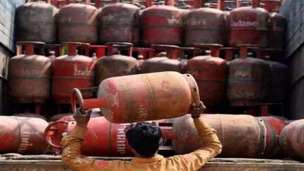 LPG Gas Cylinder Price: મોંઘવારીનો એક વધુ ઝટકો! 73.5 રૂપિયા મોંઘી થઇ રસોઇ ગેસ સિલિન્ડર, અહીં ચેક કરો નવા ભાવ