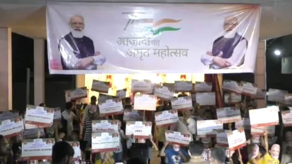 સુરતમાં કેન્દ્ર સરકારની 71 યોજનાઓના પ્લે કાર્ડ બનાવી PM મોદીના જન્મદિવસની ઉજવણી કરવામાં આવી