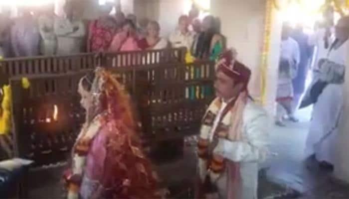 VIDEO : સ્મશાનમાં થયા લગ્ન, મોરારી બાપુએ કર્યા મંત્રોચ્ચાર
