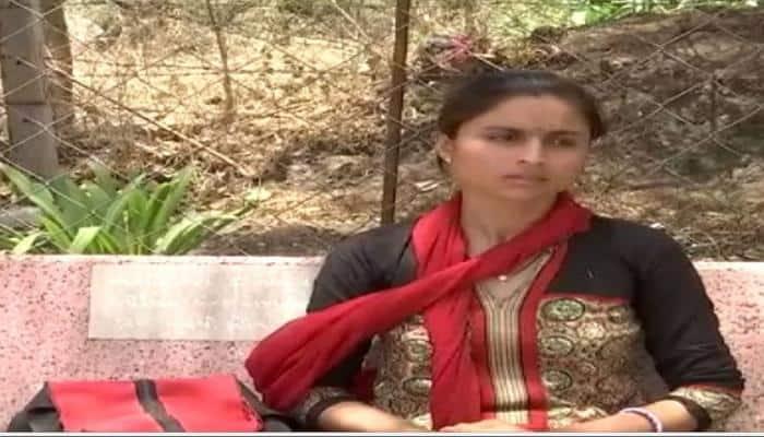 Video: રાજકોટમાં સાસરીયાના ત્રાસ સામે મહિલાની ગાંધીગીરી, મંદિરમાં શરૂ કર્યા ધરણા