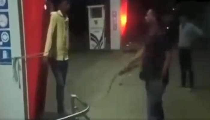 VIDEO: અકસ્માતના કારણે દલિત યુવક ડ્યૂટી પર ન આવી શક્યો, માલિકે હંટરથી ફટકાર્યો