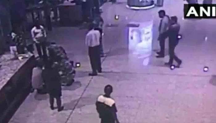VIDEO: મુંબઇ એરપોર્ટ પર પેસેન્જરને આવ્યો એટેક, CISFના જવાને બચાવ્યો જીવ