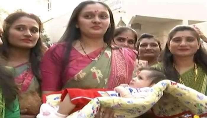સુરતઃ બીજી દીકરીનો જન્મ થતા ડોક્ટર પરિવારે ઢોલ-નગારા સાથે કર્યું સ્વાગત