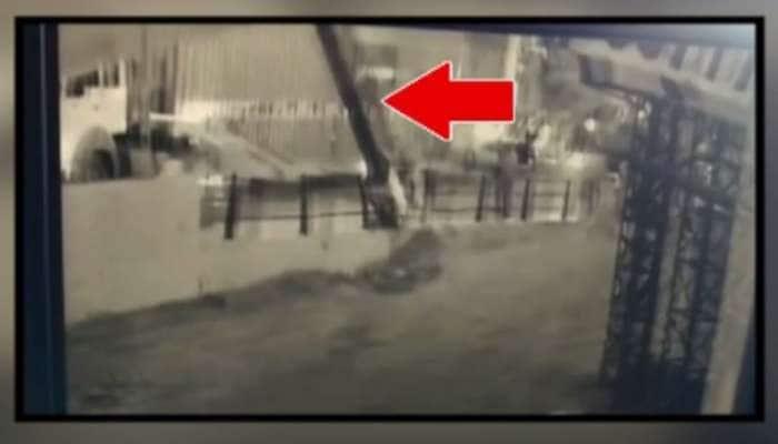 સુરત : બ્રિજ પરથી જઈ રહેલ બાઈક પર પડ્યું જાહેરાતનું મોટું ગડર, Live દ્રશ્યો કેદ થયા
