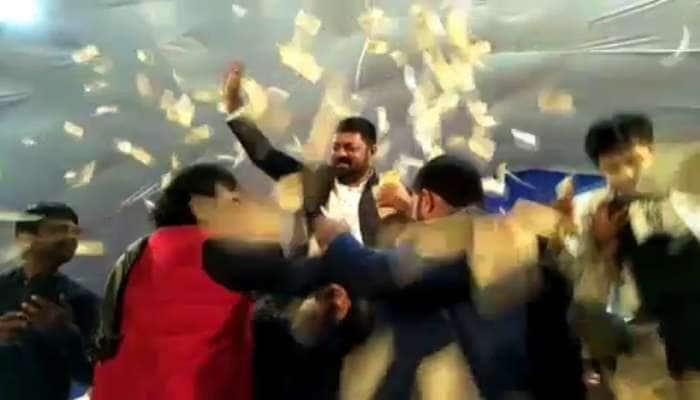 Video : ડાયરામાં રાદડિયા બંધુઓ પર લોકોએ ઉડાવ્યા રૂપિયા