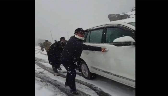 PM મોદીના આ મંત્રીએ કાશ્મીરના બરફવર્ષામાં ફસાયેલી કારને જાતે ધક્કો લગાવ્યો