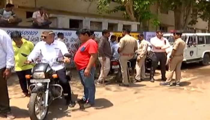 અમદાવાદ : ઢોર પકડતી AMCની ટીમ પર હુમલો, પોલીસની ગાડીઓની ચાવી ખેંચી ફરાર