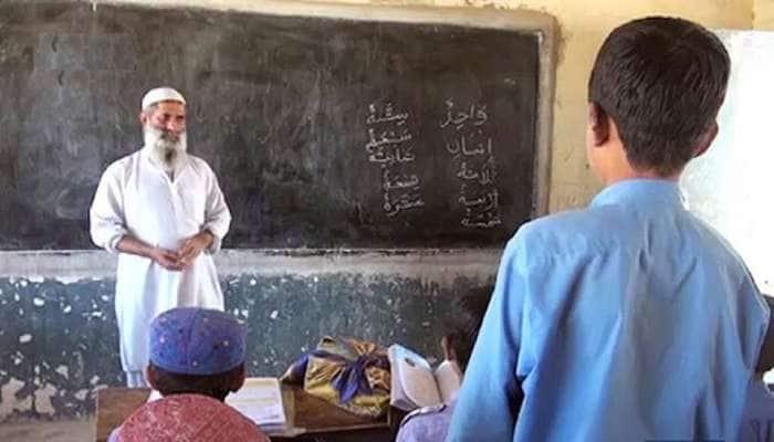 પાકિસ્તાનમાં 2000થી વધુ સરકારી શિક્ષકોને 'ગણતરીની મિનિટો'માં કરી દેવાયા સસ્પેન્ડ
