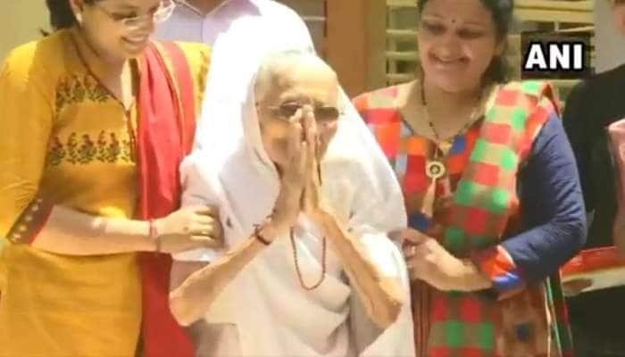 પુત્રની જીત જોઇ ખુશ થયા PM મોદીના માતા, હીરાબાએ હાથ જોડી કર્યું અભિવાદન