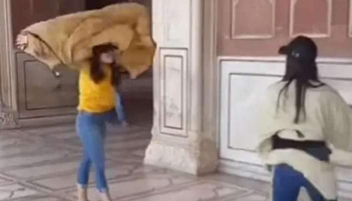 બે વિદેશી યુવતીઓએ દિલ્હીની જામા મસ્જિદમાં કર્યું કંઈક એવું કે થઈ રહી છે ઠેર-ઠેર ચર્ચા