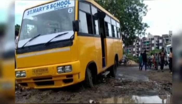 અમદાવાદ : સ્કૂલ બસ ખાડામાં ફસાઈ, 20 બાળકોને સલામત બહાર કઢાયા