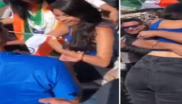ગ્રાઉન્ડ પર IND-PAKની મેચ ચાલતી હતી અને સ્ટેડિયમમાં ચાલુ હતો કપલનો રોમાન્સ, જુઓ VIDEO