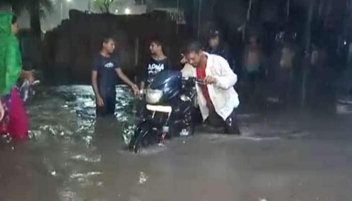 અમદાવાદ: વરસાદને કારણે નીચાણવાળા વિસ્તારોમાં પાણી, ઠેર-ઠેર ટ્રાફિક જામ