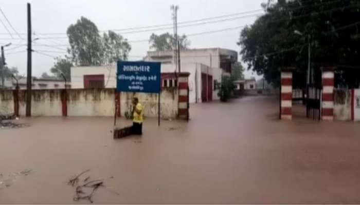 છોટાઉદેપુરમાં એક જ રાતમાં 10 ઈંચ વરસાદ ખાબક્યો, હેરણ નદી ગાંડીતૂર બની