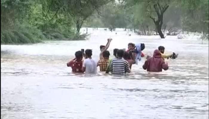 વડોદરામાં વિશ્વામિત્રી નદીએ ભયજનક સપાટી ક્રોસ કરી, લોકોના ઘરોમાં પાણી ઘૂસવાની શરૂઆત થઈ