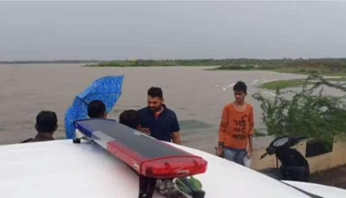 ધ્રાંગધ્રા : નદી વચ્ચે ટ્રેક્ટરમાં ફસાયેલા 7 તણાયા, ખરાબ હવામાનને કારણે હેલિકોપ્ટરથી રેસ્કયુ કામગીરી ન થઈ