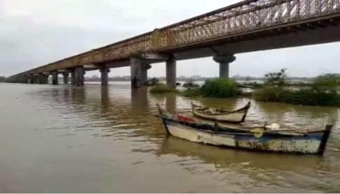 ભરૂચ પાસે નર્મદા નદી ભયજનક સપાટીથી 4 ફૂટ ઊપર વહી રહી છે, 20 ગામોમાં એલર્ટ