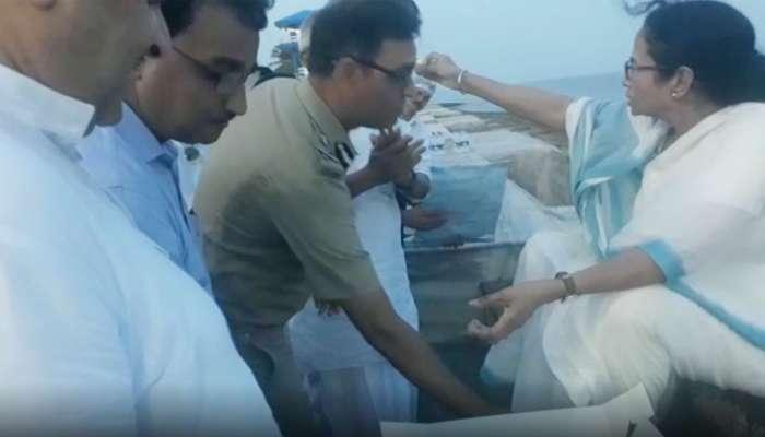 'દીદી સામે વર્દી નતમસ્તક': IPS અધિકારી મમતા બેનર્જીના પગે પડ્યાં, VIDEO વાઈરલ