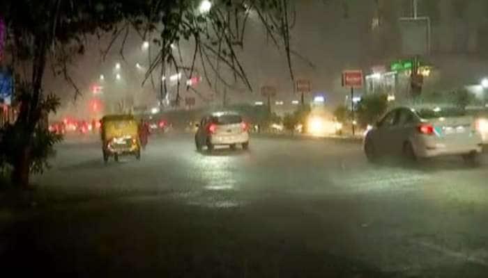 અમદાવાદ: મોડી રાત્રે કડાકા સાથે ધોધમાર વરસાદ, અનેક વિસ્તારોમાં પાણી ભરાયા