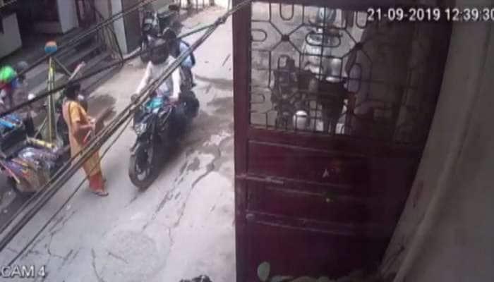 દિલ્હી: ઘરની બહાર ઊભેલી મહિલાની સાથે બાઈક સવાર બદમાશોએ કરી આ કેવી હરકત, જુઓ VIDEO