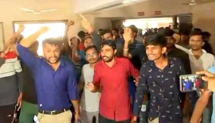 બિનસચિવાલય ક્લાર્ક પરીક્ષા : વિદ્યાર્થીઓ સરકાર સામે લડી લેવાના મૂડમાં, ગાંધીનગરમાં લગાવ્યા 'we want justice'ના નારા