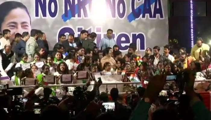 PM મોદીને મળ્યા બાદ તરત રાજભવન બહાર ધરણા પર બેસી ગયા મમતા બેનરજી