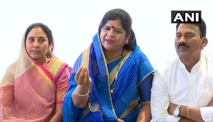 MP સંકટ: બળવાખોર ધારાસભ્યોએ CM કમલનાથ પર ઉઠાવ્યાં સવાલ, ઈમરતી દેવીએ કહ્યું- 'સિંધિયા અમારા નેતા'