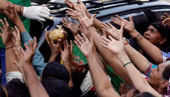 વડોદરા : કોરોનાની ઐસીતૈસી, નિયમ તોડીને ખાણીપીણીની લારીએ ભીડ જમાવવાનો કિસ્સો